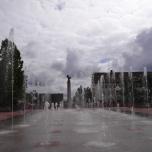 Freudenstadt im Schwarzwald: Marktplatz mit dem Denkmal zum Wiederaufbau der Stadt nach der Zerstörung 1945 (2000)