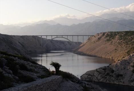 Blick von der Maslenica-Brücke auf die Novsko-Schlucht (Verbindung zw. Novigrader Meer und Velebitkanal) nach Nordwesten (2015)