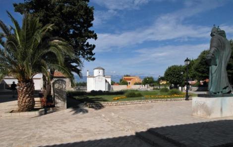 Bild Nin Blick zur Heilig-Kreuz-Kirche rechts Grgur Ninski-Statue