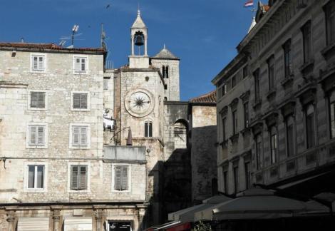 Split: Volksplatz - romanisches Turmhaus mit gotischem Glockenturm, dahinter Eisernes Tor [Porta Ferrea] (2016)