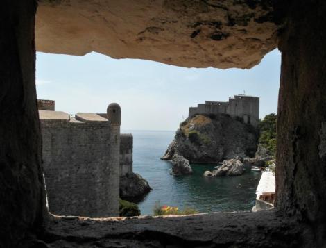Dubrovnik: Stadtmauer, rechts hinten Lovrijenac-Festung (2015)