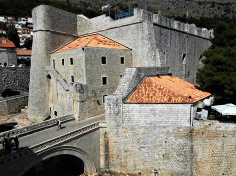 Dubrovnik: Blick von der Stadtmauer zur Revelin-Festung (2015)