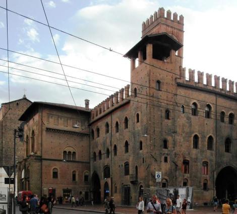 Palazzo Re Enzo, dahinter Arengo-Turm (2017)