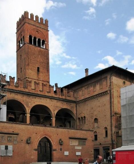 Links Palazzo Re Enzo, rechts Palazzo del Podesta, dahinter Arengo-Turm (2017)