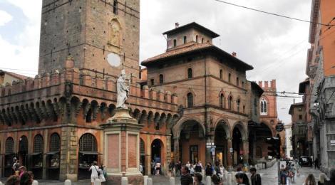 Links Torre degli Asinelli mit Rocchetta, hinten Palazzo della Mercanza (2017)