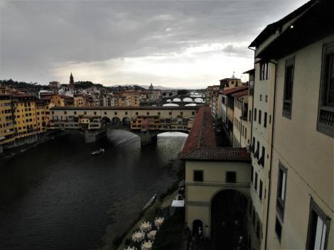 Blick aus den Uffizien zu den Brücken über den Arno, vorne der Ponte Vecchio (2017)