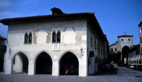 Spilimbergo: links Loggia del Daziario, rechts hinten Torre oriental (1999)