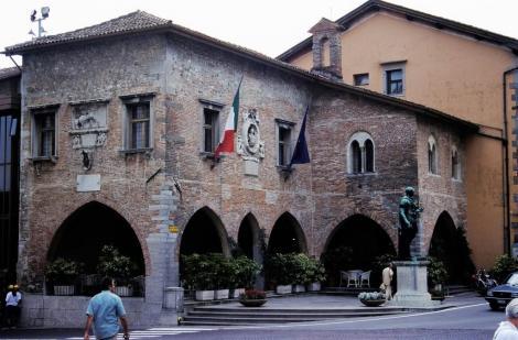 Cividale: Palazzo Comunale mit einer Statue von Caesar (1999)