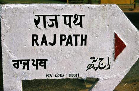 """Delhi: Straße """"Rajpath"""" in Neu-Delhi [Schriften: oben Hindi, unten Punjabi und Urdu] (2000)"""