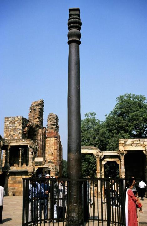 Delhi: Qutb Minar-Komplex - Eiserne Säule [4. Jh.] innerhalb der Moschee Qutb ul Islam (2000)