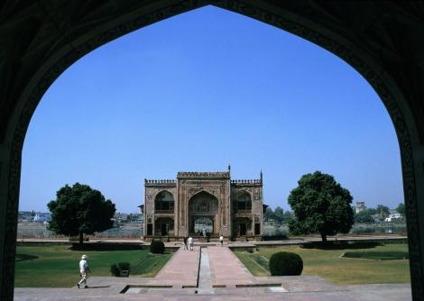 Agra: Mausoleum Itimad-ud-Daula - Torbau am Fluss Yamuna (2000)