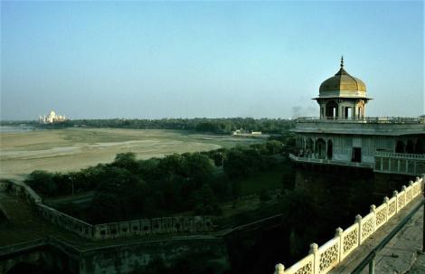 Agra: Fort - Musamman Burj [achteckiger Turm] und Blick zum Taj Mahal (2000)