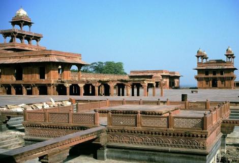 Fatehpur Sikri: Blick aus dem Privathof zum Pachisi-Hof mit Panch Mahal und Privater Audienzhalle (2000)