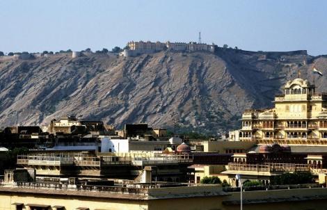 Jaipur: Blick vom Observatorium über den Palast zum Fort Nahagarh (2000)