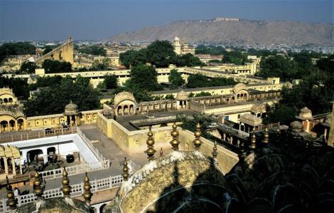 Jaipur: Blick vom Palast der Winde zu Observatorium, Palast und Fort Nahagarh (2000)
