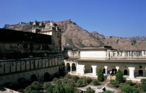 Amber: Palast - Blick in den 3. Hof, hinten Fort Jaigarh (2000)