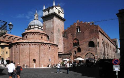 Rotunde San Lorenzo [links] und Palazzo della Ragione mit Uhrturm (2017)