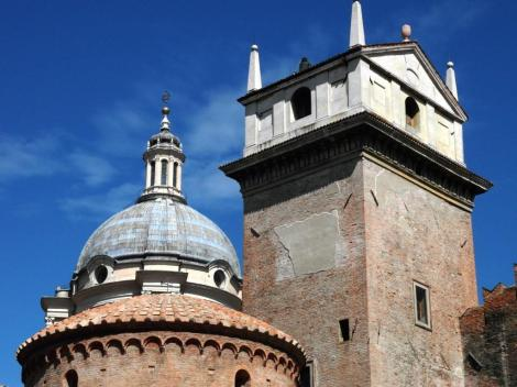 Rotunde San Lorenzo, dahinter Kuppel von Sant' Andrea, rechts Uhrturm (2017)