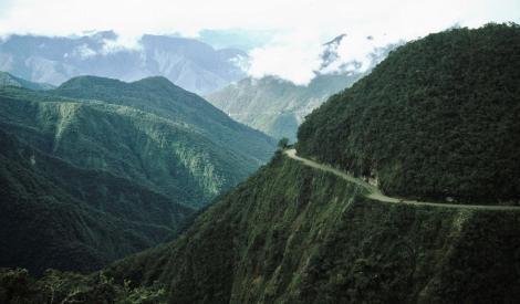 """Yungas [Ostrand der Cordillera Real] bei Unduavi, hier mit der Yungas-Straße [""""Camino de la Muerte"""" = Todesstraße] (2005)"""