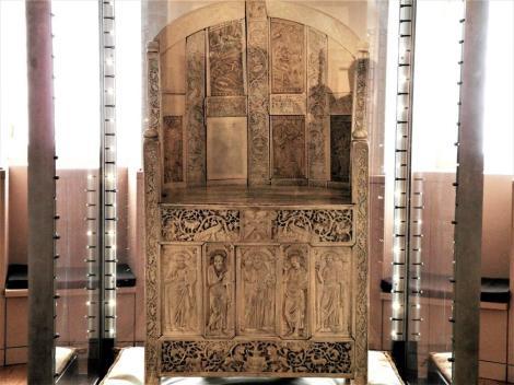 Erzbischöfliches Museum: Elfenbeinstuhl des Erzbischofs Maximinian (2017)