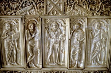 Erzbischöfliches Museum: Elfenbeinstuhl des Erzbischofs Maximinian - Darstellung der vier Evangelisten und in der Mitte Johannes der Täufer (2017)