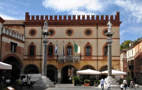 Piazza del Popolo: Rathaus, davor Säulen mit Apollinaris und Vitalis (2017)