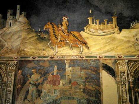"""Palazzo Pubblico: Landkartensaal [Sala del Mappamondo] - oben Fresko """"Guidoriccio da Fogliano reitet zur Belagerung"""" von Simone Martini, darunter Fresko """"Übergabe eines Kastells"""""""