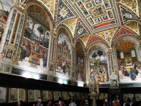 Dom: Piccolomini-Bibliothek mit Fresken aus dem Leben von Enea Silvio Piccolomini von Pinturicchio (2017)