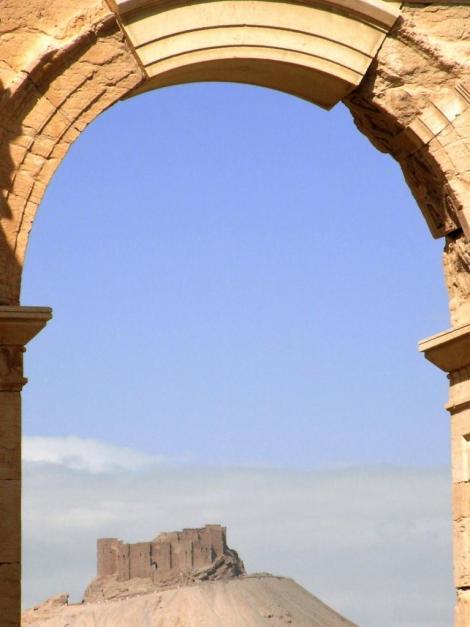 Blick durch das Bogentor zur arabischen Burg (2008)