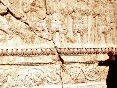 Baal-Tempel: Cella - Deckenbalken des Peristyls: Kampf des Baal gegen ein Ungeheuer mit Schlangenbeinen (2008)