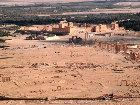 Blick von der arabischen Burg auf das Ruinengelände, hinten Baal-Tempel (2008)