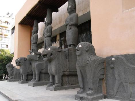 Aleppo Nationalmuseum: Eingang mit Kopien der Portalfiguren aus Tell Halaf (2008)