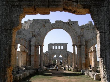 Simeonskloster: Blick durch die Nordbasilika zum Oktogon mit dem Säulenrest (2008)
