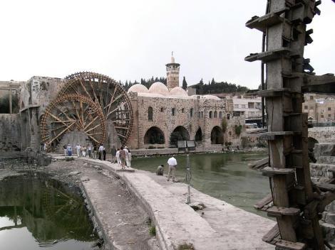 """Hama: Wasserräder [""""Norias""""] am Orontes, rechts Nuri-Moschee (2008)"""
