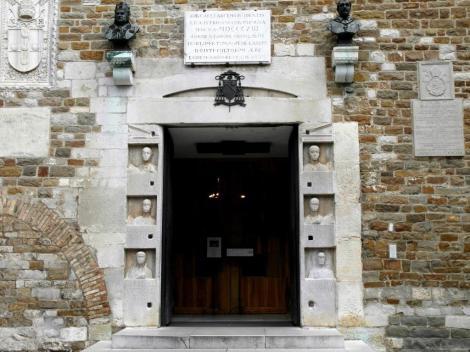Dom: Portal mit römischen Grabsteinen (2017)