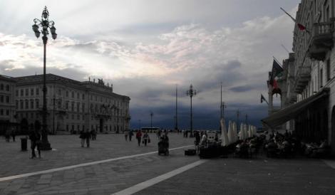 Platz der italienischen Einheit, links das Gebäude des Triester Lloyds (2017)