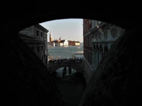 Dogenpalast: Blick von der Seufzerbrücke zu San Giorgio Maggiore (2017)