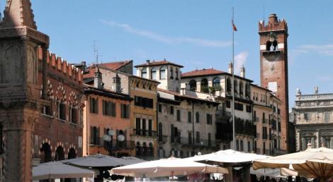Piazza delle Erbe, hinten Torre del Gardello (2017)