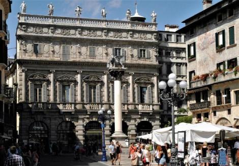 Piazza delle Erbe: Palazzo Maffei, davor venezianische Säule (2017)