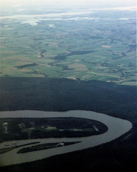 Blick auf den Iguaçu mit seinem Regenwald [vorne] und auf den Itaipú-Stausee [hinten] (2003)