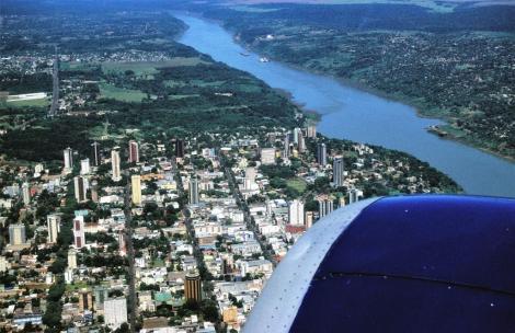 Blick auf Foz do Iguaçu und den Paraná, rechts liegt Paraguay (2003)
