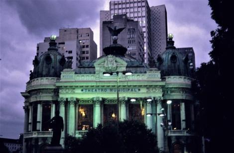 Rio de Janeiro: Städtisches Theater vor modernen Bauten (2003)