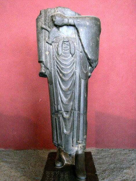 Teheran: Nationalmuseum - Kopflose Statue des Darius im langen Schalgewand (2007)