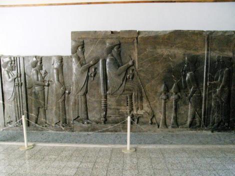 Teheran: Nationalmuseum - Audienzrelief des Darius aus dem Schatzhaus von Persepolis (2007)