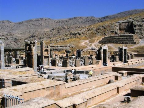 Persepolis: Hundertsäulensaal und [hinten] Felsgrab des Artaxerxes II. (2007)