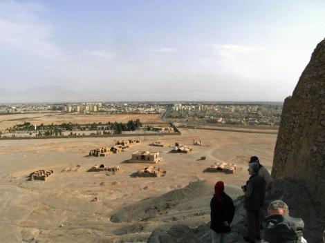 Yazd: Zoroastrier-Friedhof - Blick vom Turm des Schweigens auf Yazd (2007)