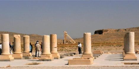 """Pasargadae: kümmerliche Reste des Residenzpalastes, im Hintergrund Gefängnis des Salomo [links] und Terrassenanlage """"Thron der Mutter Salomos"""""""