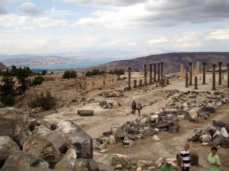 Gadara: Blick über die Basilika zum See Genezareth (2006)