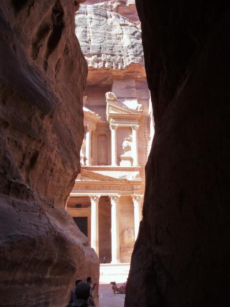 """Petra: Blick aus dem Sik zum sog. """"Schatzhaus des Pharaos"""" (2006)"""