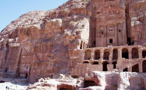 Petra: Königswand mit [rechts] dem Urnengrab (2006)